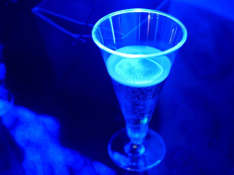 青のスパークリングワイン